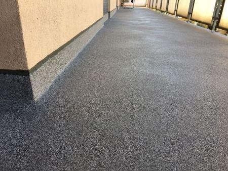 trasformazione di terrazzo con vecchie piastrelle con impermeabilizzazione di Cemenguaina e finitura con Ceremic Naici spessore finale circa 4 mm.
