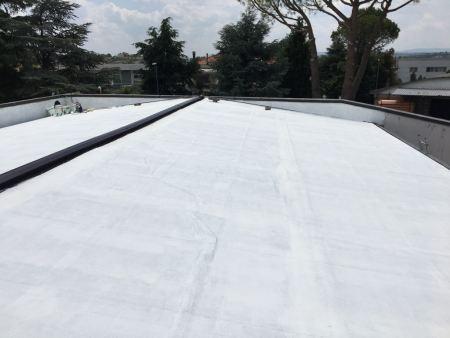 ripristino impermeabilizzazione  copertura in guaina esistente con rivestimento con guaina liquida NP5DARK  Naici e finitura con w reflex ad alta riflettanza e ad un abbassamento della temperatura della superficie di circa 30 gradi
