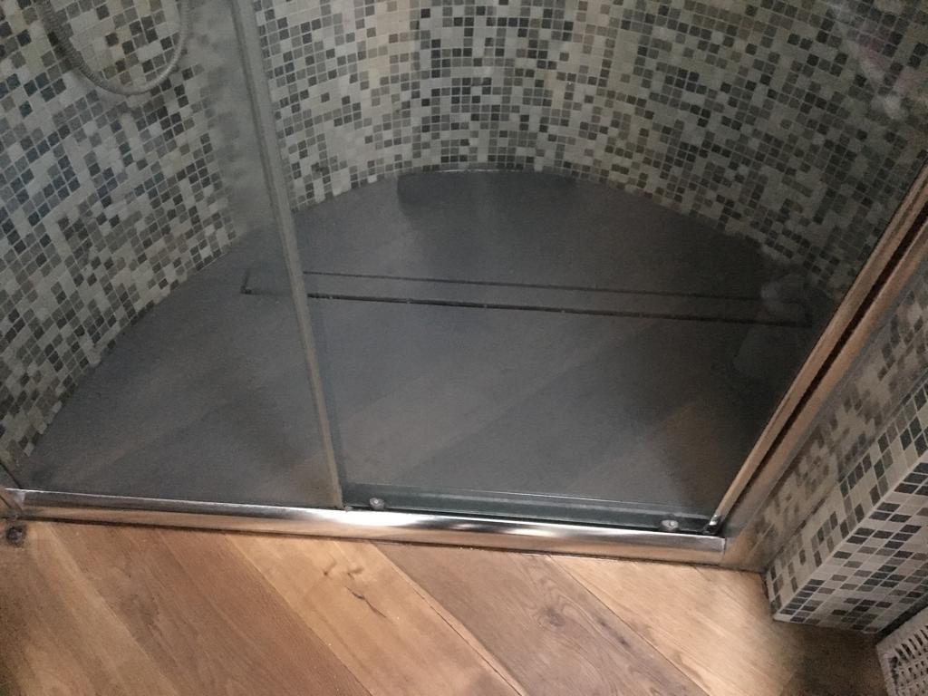 Piatto doccia e canalina eseguita in opera finitura con ciclo Matèrika Naici